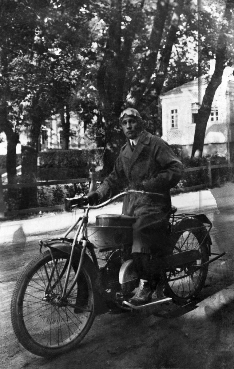 Valokuvaaja Constantin Grünberg moottoripyöräilemässä mahdollisesti Tallinnassa