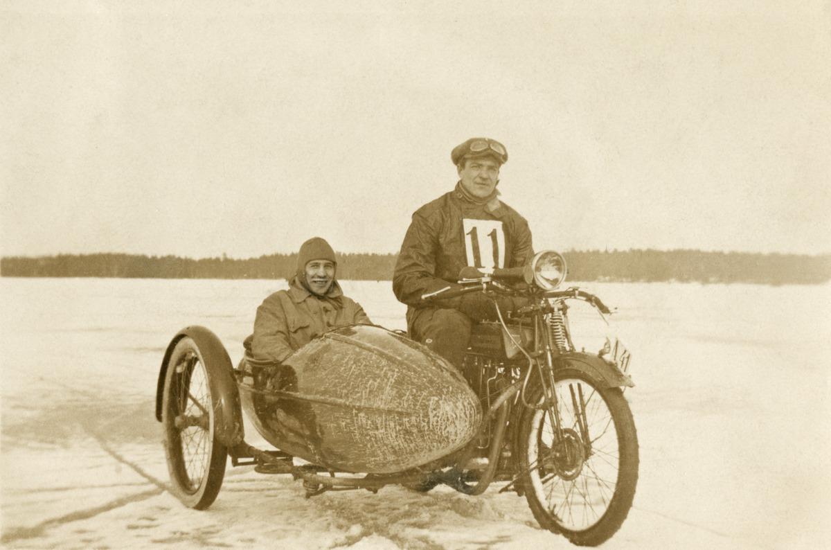 Valokuvaaja Constantin Grünberg moottoripyöräilemässä (sivuvaunussa)
