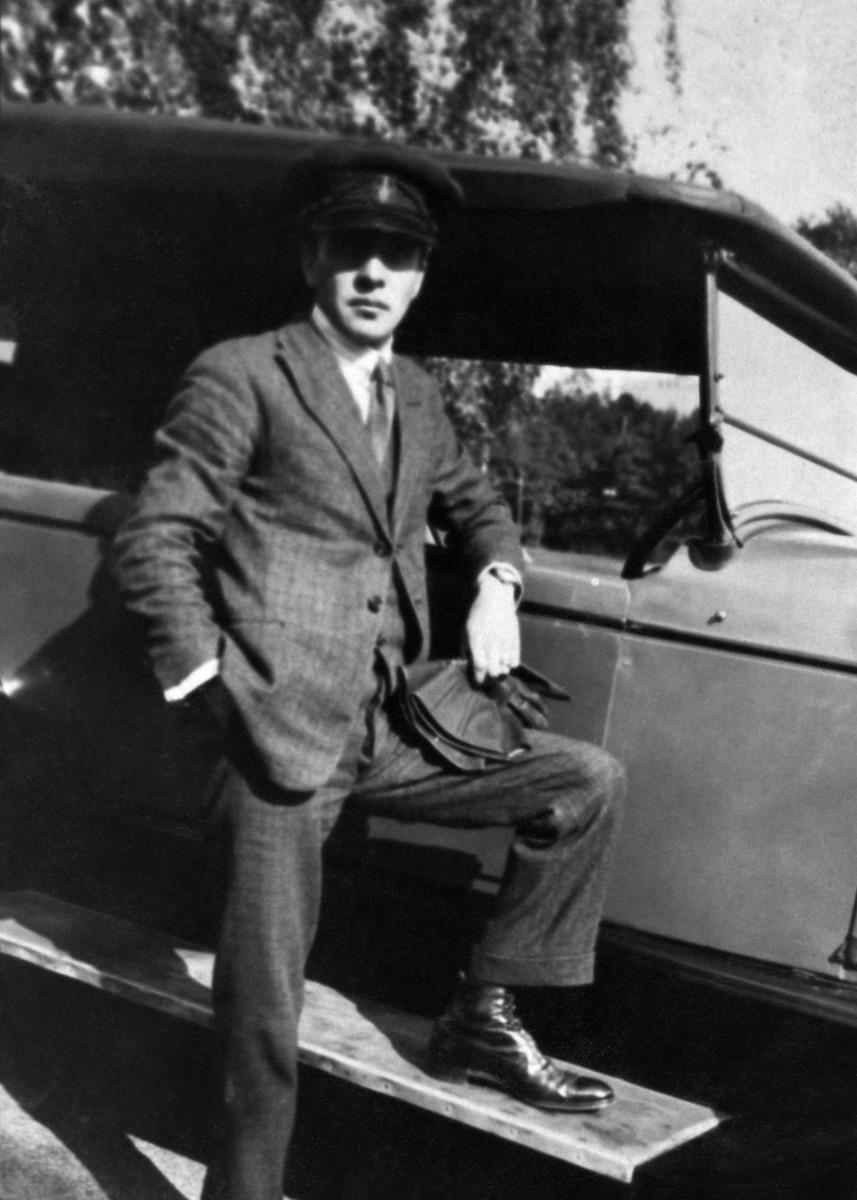 Valokuvaaja Constantin Grünberg poseeraa auton vieressä.