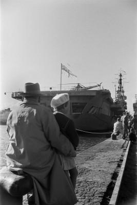 Yleisöä ja Iso-Britannian laivaston H.M.S