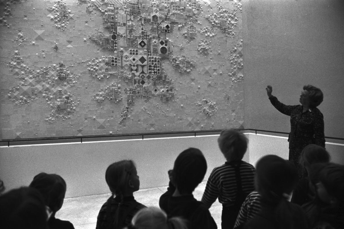 Pohjoisesplanadi 11-13. Vironniemen päiväkodin lapsia tutustumassa Helsingin kaupungintaloon taiteilija Rut Brykin Kaupunki auringossa -keramiikkateoksen äärellä