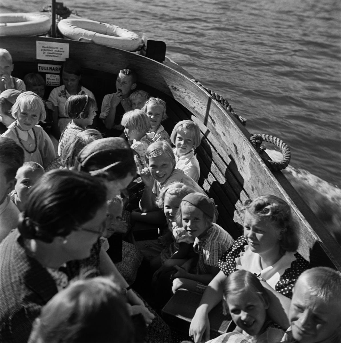 Lapsia ja naisia Sompasaaren veneessä