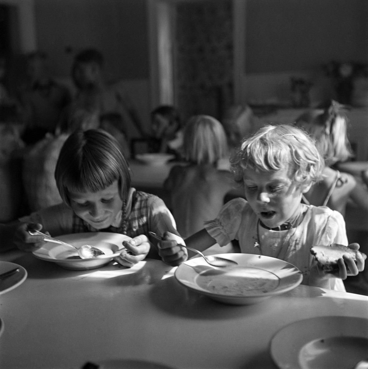Tytöt keitto- ja näkkileipä aterialla