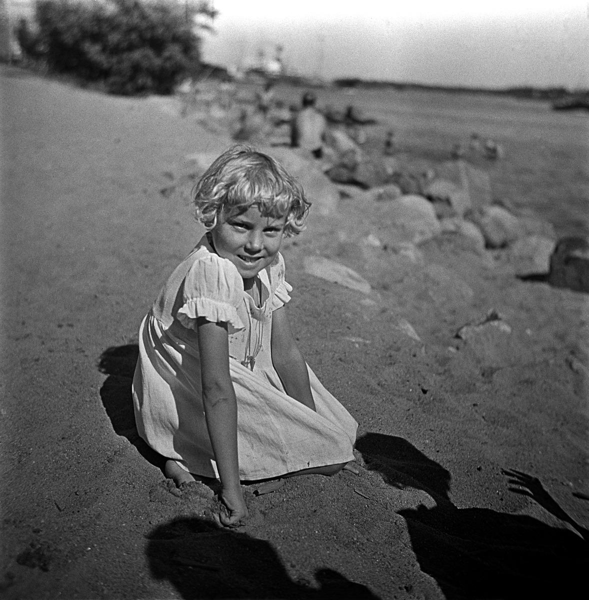 Pikkutyttö rantahiekalla