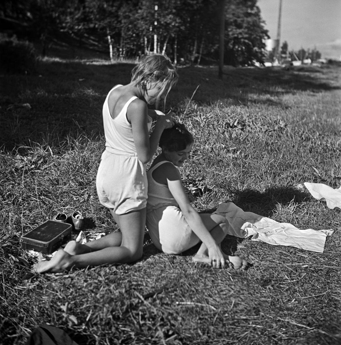 Kaksi tyttöä alusvaatteisillaan rannalla