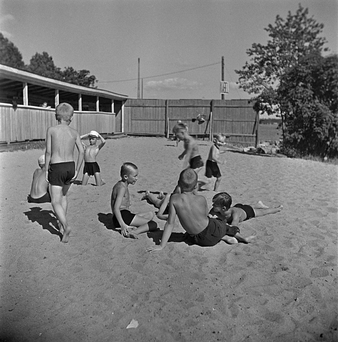 Lapsia rantahiekalla