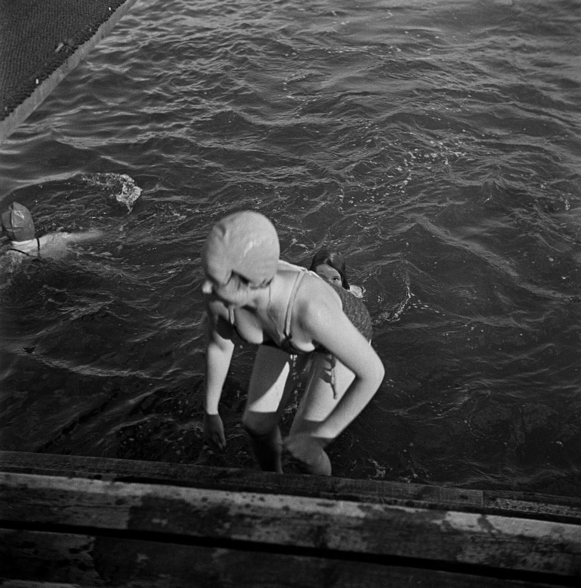 Nuori tyttö nousemassa vedestä