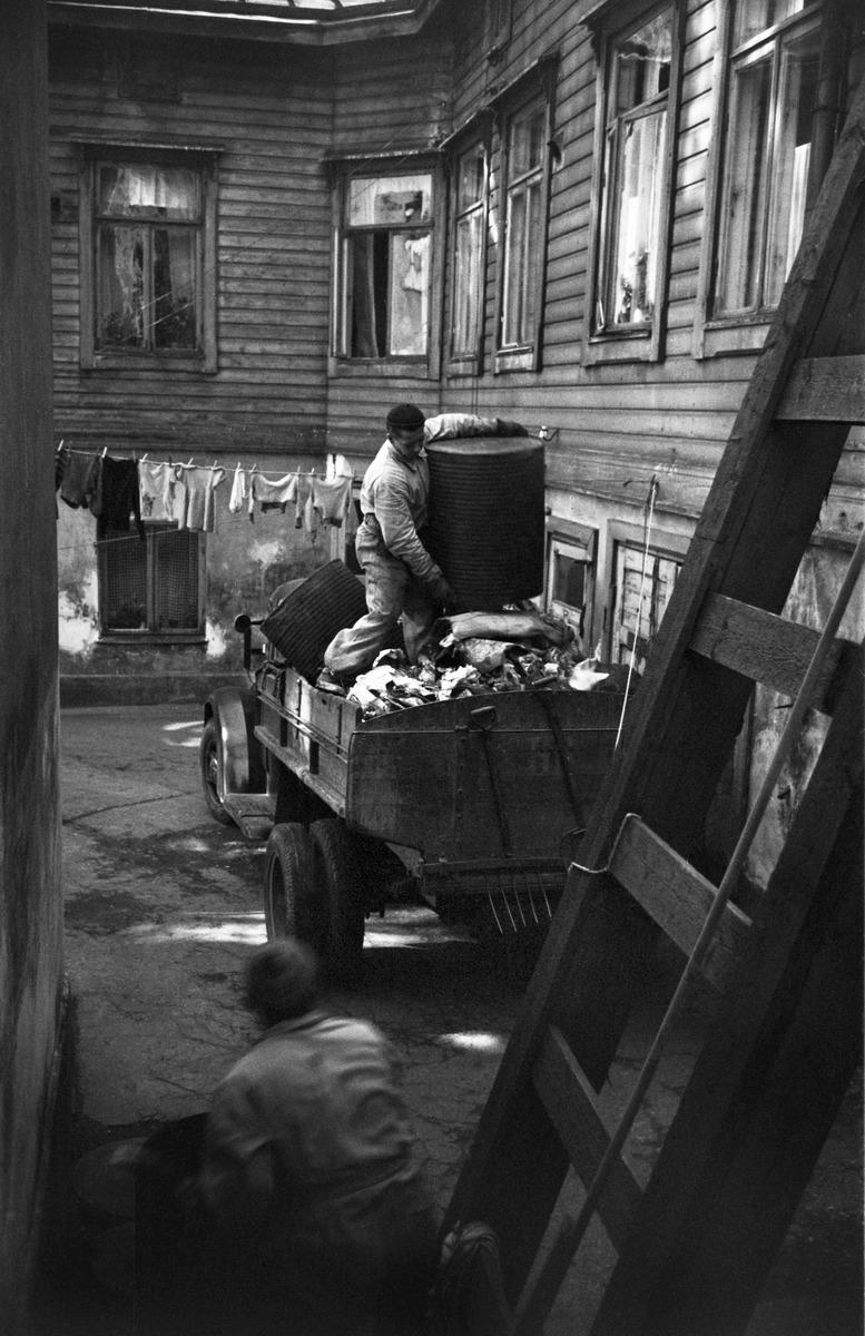 Roskatynnyrin tyhjennystä Punavuoressa asuinkorttelin sisäpihalla