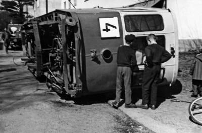 Kaksi poikaa ihmettelee kaatunutta raitiovaunua numero neljä (4) Saunalahdentien ja Hollantilaisentien risteyksessä Munkkiniemessä.
