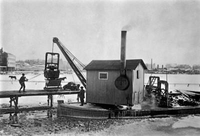 Ruoppaaja Hietalahden satamassa Sillilaiturin kohdalla
