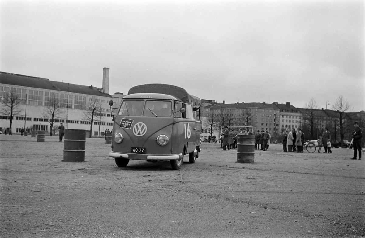 Elannon Volkswagen Transporter -pakettiauto ja yleisöä autotapahtumassa Mäntymäenkentällä