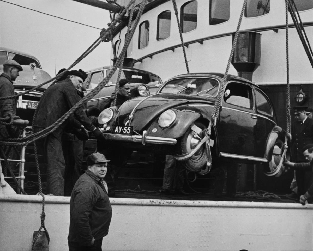 Volkswagen Kupla -autoa nostetaan laivaan tai laivasta matkalla Kööpenhaminaan.