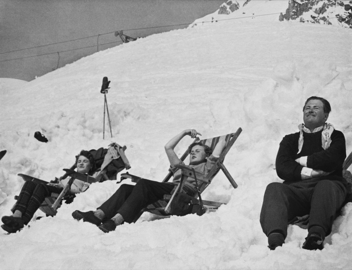Helsinkiläisten matkaseurue ottamassa aurinkoa Innsbruckissa Alpeilla lumen keskellä.