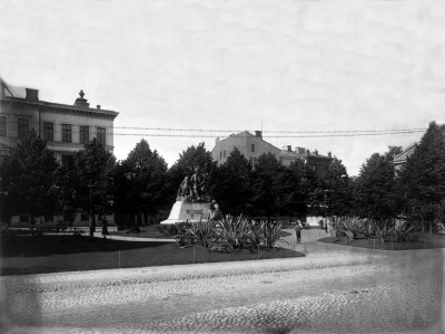 Elias Lönnrotin muistopatsas Lönnrotinpuistossa, Kirkkototri 1-3 (nyk. Lönnrotinkatu 5-7)