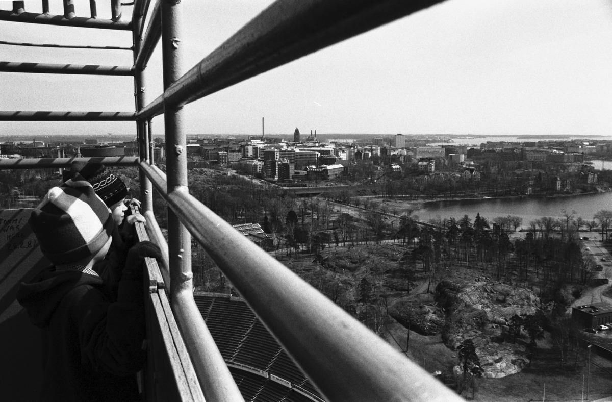 Paavo Nurmen tie 1. Kaksi poikaa (Tuomas Heikkilä ja Aapo Rista) katselemassa maisemia Olympiastadionin tornista