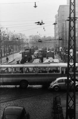Liikennettä Mannerheimintiellä, muun muassa busseja ja raitiovaunu linjalla 4S