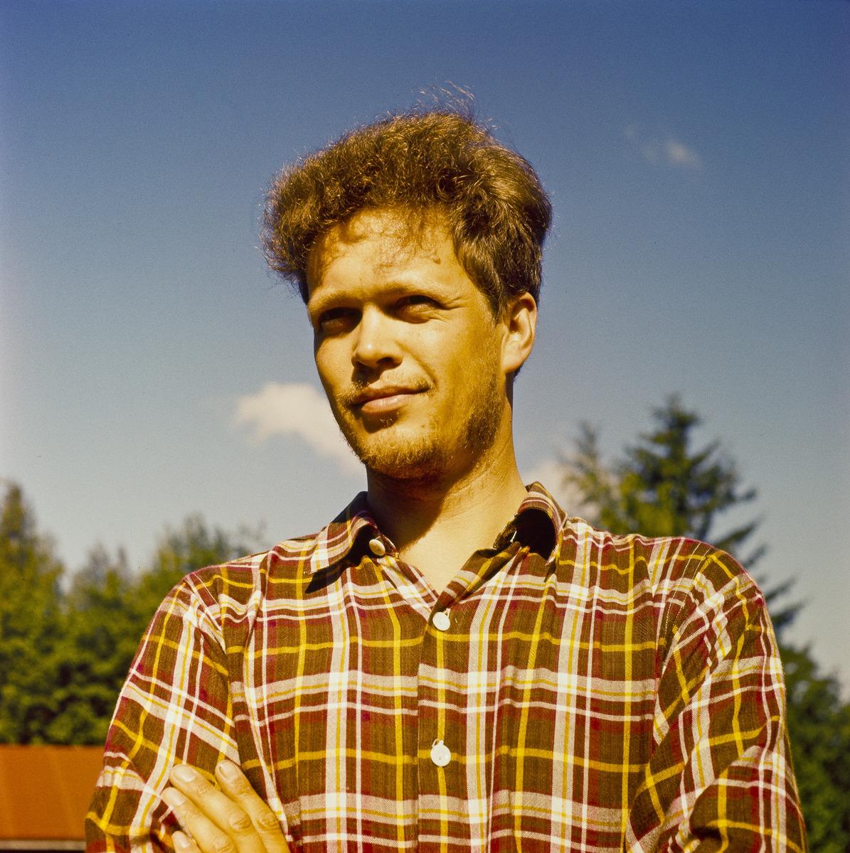 Henkilökuva Juha Jernvallista kesällä.
