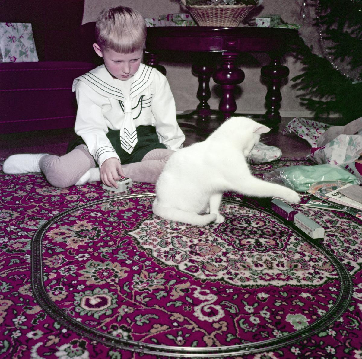 Pieni poika leikkii pienoisrautatiellä joulun aikaan