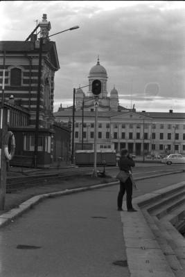 Valokuvaaja Simo Rista kuvaamassa Vanhan kauppahallin kulmalla Vironaltaan reunalla