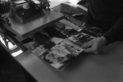 Liisankatu 7. Valokuvaaja Simo Rista liimaamassa kuvaamiaan Romania-aiheisia valokuvia kuumaliimapuristimella