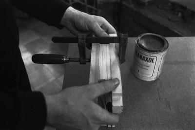 Liisankatu 7. Valokuvaaja Simo Rista valmistelemassa Romania-aiheista valokuvakirjaa liimaamista varten.