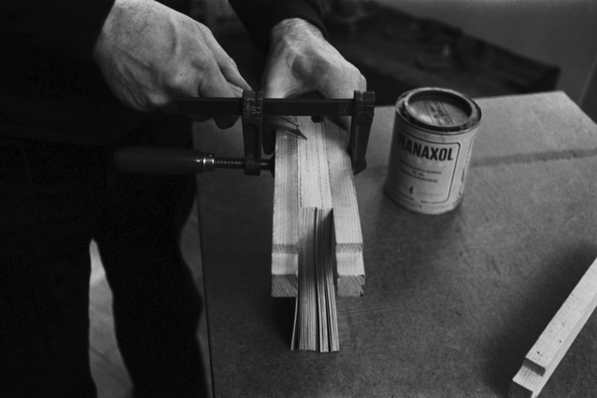 Liisankatu 7. Valokuvaaja Simo Rista valmistelemassa Romania-aiheista valokuvakirjaa liimaamista varten