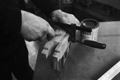 Liisankatu 7. Simo Rista liimaamassa Romania-aiheisen valokuvakirjan selkää Liisankatu 7:ssä