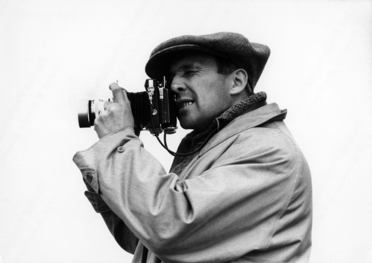 Valokuvaaja Constantin Grünberg tähtäilee paljekamerallaan