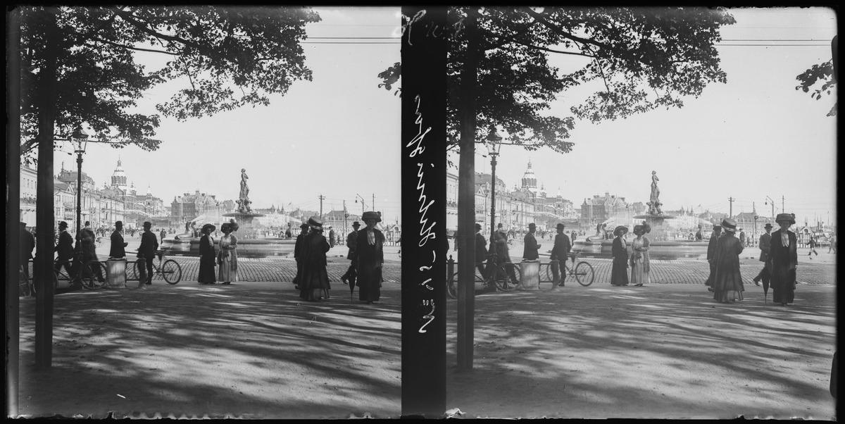 Jalankulkijoita Kappeliesplanadilla, taustalla Havis Amanda - suihkukaivo.