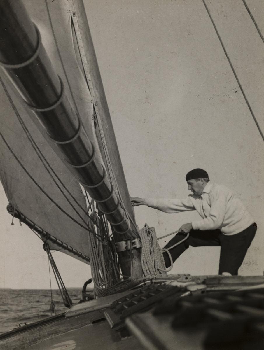 Valokuvaaja Constantin Grünberg purjehtimassa.