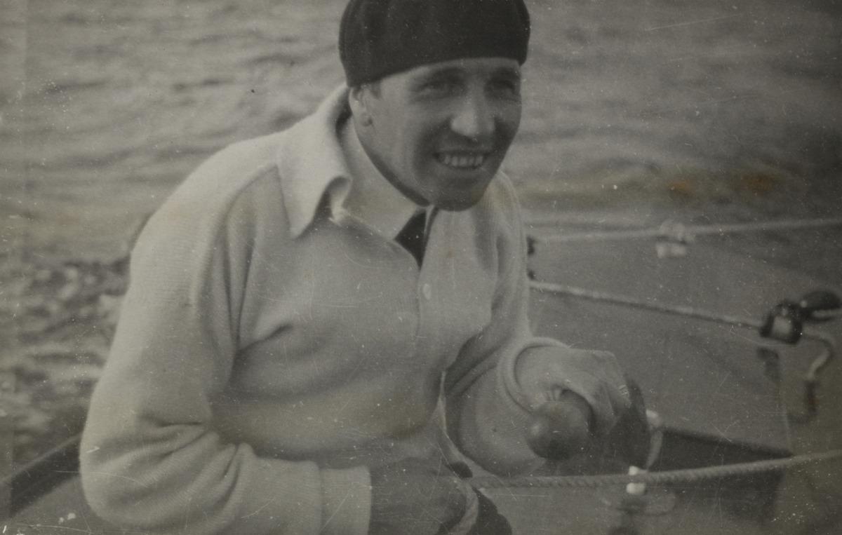 Constantin Grünberg purjehtimassa baskeri päässään.