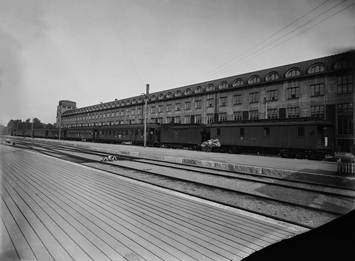 Päärautatieaseman (Kaivokatu 1) itäinen siipi valokuvattuna ratapihan puolelta