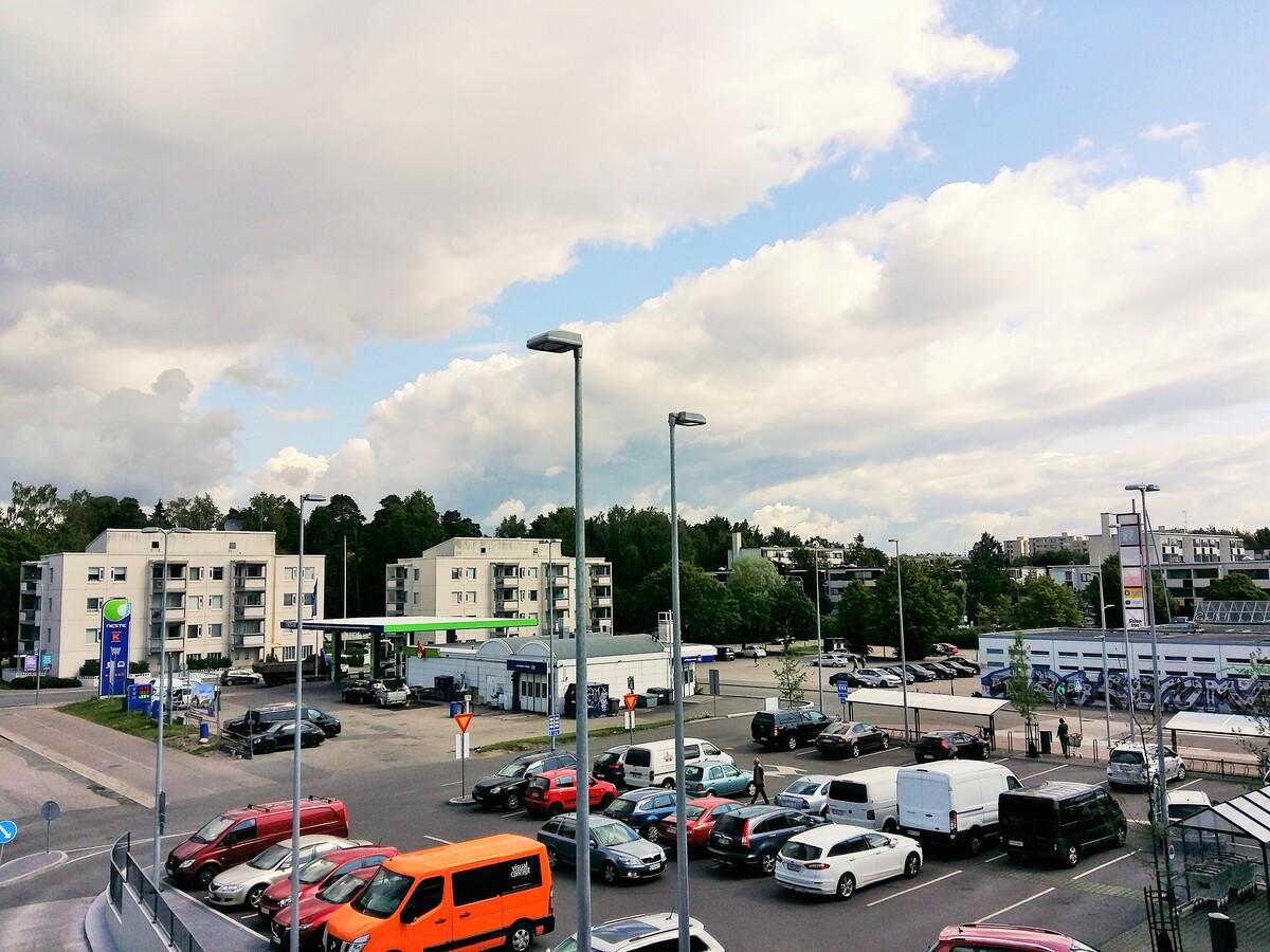 Näkymä Laajasalon Yliskylän huoltoaseman ja vanhan ostoskeskuksen paikoitusalueelle