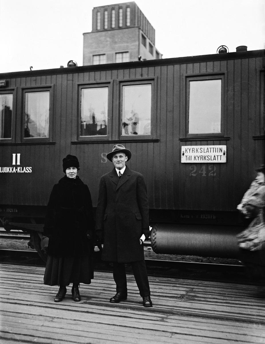 Nainen ja mies Helsingin päärautatieasemalla