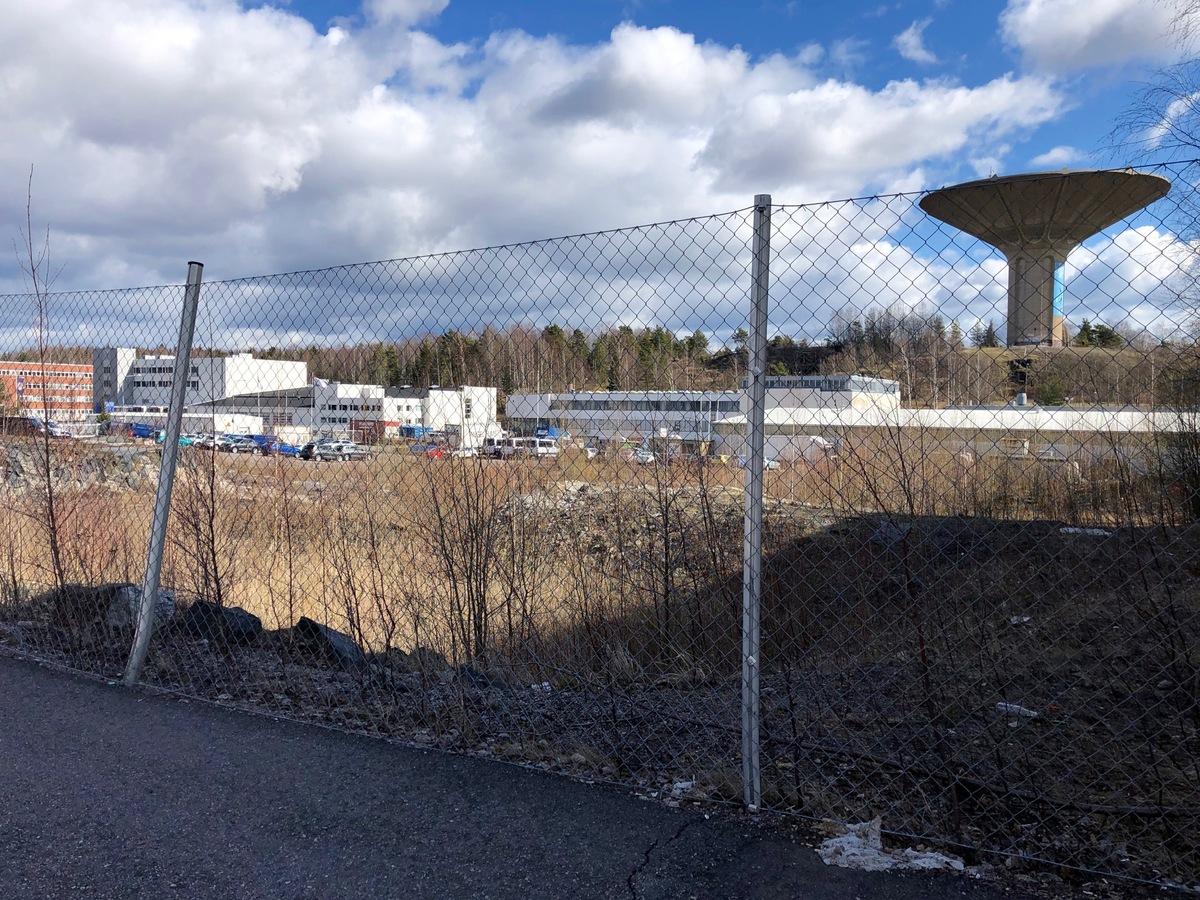 Näkymä Herttoniemen teollisuusalueelta kohti Roihuvuorta