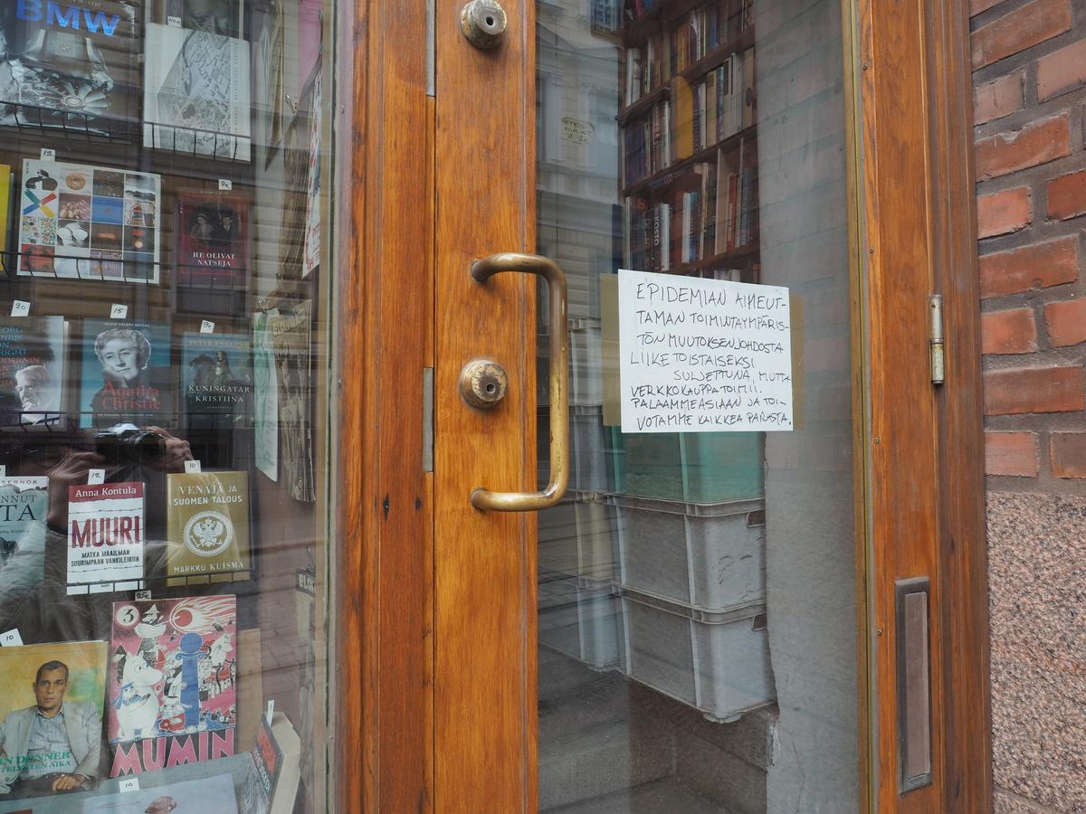 Koronapandemian aiheuttamien poikkeusolojen takia suljettu Antikvaarinen Kirjakauppa Johannes Yrjönkadulla