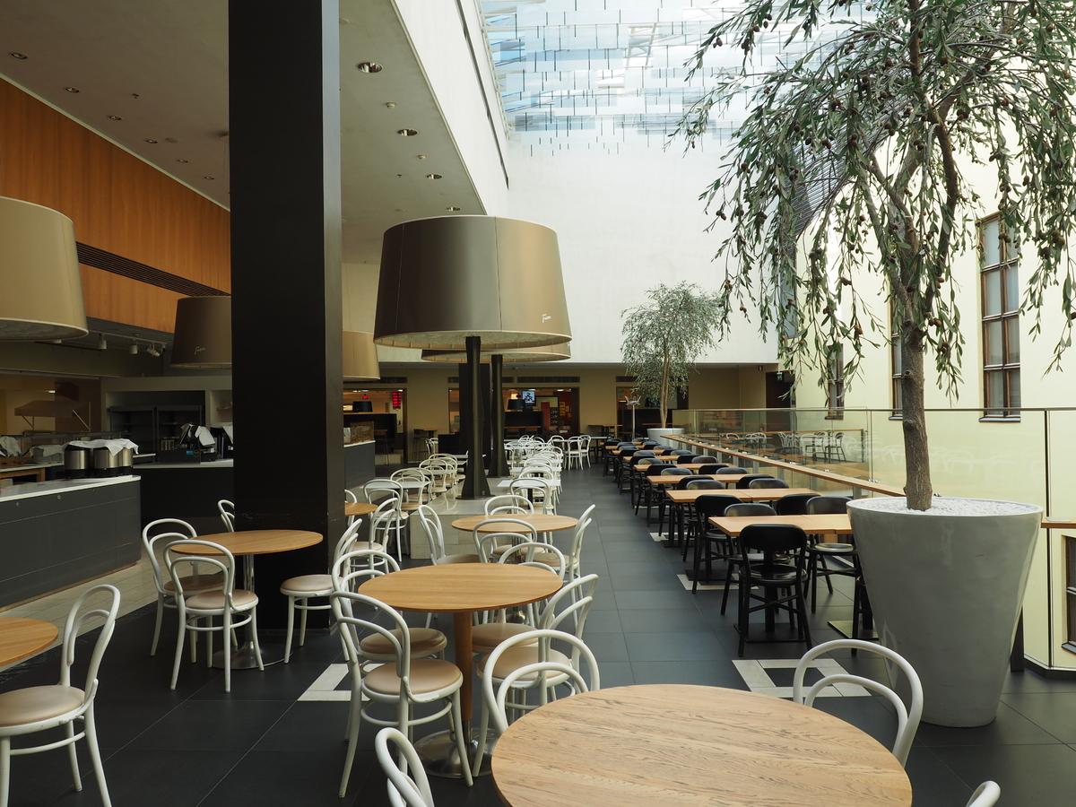 Koronapandemian aiheuttamien poikkeusolojen takia suljettu Stockmann-tavaratalon 8. kerroksen Fazer 8th Floor -kahvila-ravintola