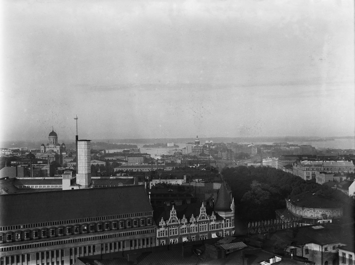 Näkymä hotelli Tornin pohjoiselta terassilta Runebergin esplanadin ja Katajanokan suuntaan