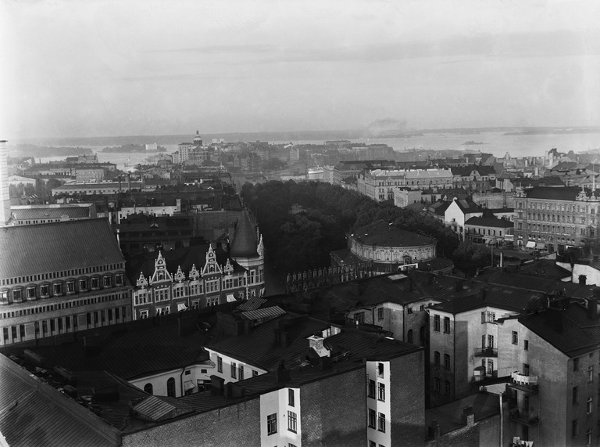 Näkymä hotelli Tornin eteläiseltä terassilta Runebergin esplanadin ja Katajanokan suuntaan
