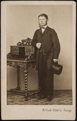 Frans Julius Holmgren (1840-1908), tehtailija sekä ruumisarkkuliikkeen ja hautaustoimiston perustaja.