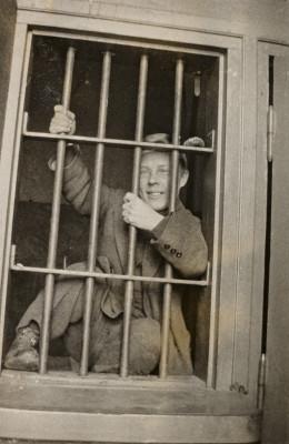 Helsingin poliisilaitoksen III piiri (Hietaniemi), Eerikinkatu 10. Vangittu Lauri Sirelius (1895-1931) kiipeilee sellin kaltereissa.