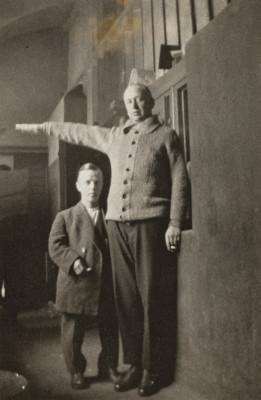 Helsingin poliisilaitoksen III piiri (Hietaniemi), Eerikinkatu 10. Vasemmalla vanki Lauri Saladin Sirelius (1895-1931),  ja oikealla vanki, prokuristi Viktor Schadewitz.