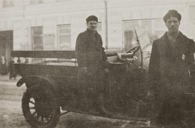 Poliisiauto ja poliisit