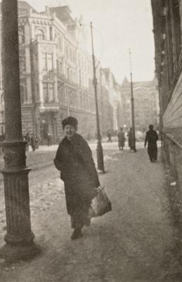 Eerikinkatu 8, vasemmalla Eerikinkatu 3. Nainen, jolla oli tapana tuoda vangeille ruokaa ja kahvia poliisiasemalle, Helsingin poliisilaitoksen III piiriin (Hietaniemi), Eerikinkatu 10:een.