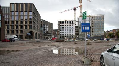 Vasemmalla Helsingin kaupungin kaupunkiympäristön toimialan käyttöön kesällä 2020 valmistunut Lahdelma & Mahlamäki arkkitehtien suunnittelema Kaupunkiympäristötalo