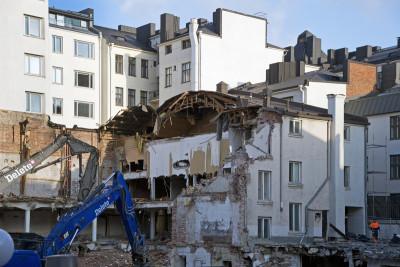 Rakennuksen purkutöitä Liisankatu 14 sisäpihalla