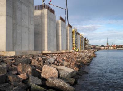 Hernesaaren lumenkaatopaikalle meneviä betonielementtejä rakennetaan Hernesaarenrannassa, josta elementit kuljetetaan Hernesaaren kärkeen lumenkaatopaikan rakenteiksi