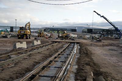 Uusia toukokuussa 2021 valmistuvalle Atlantinsillalle vieviä raitioliikennekiskoja Länsisatamassa