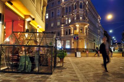 Pleksilasista rakennetut, ruokailuun tarkoitetut mökit ravintola Yes Yes Yes:n edustalla koronapandemian aikana