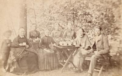 Kahvihetki Laaksolan, Meilahden huvila-alueen huvila numero 5:n (nykyään Maila Talvion puisto) pihalla